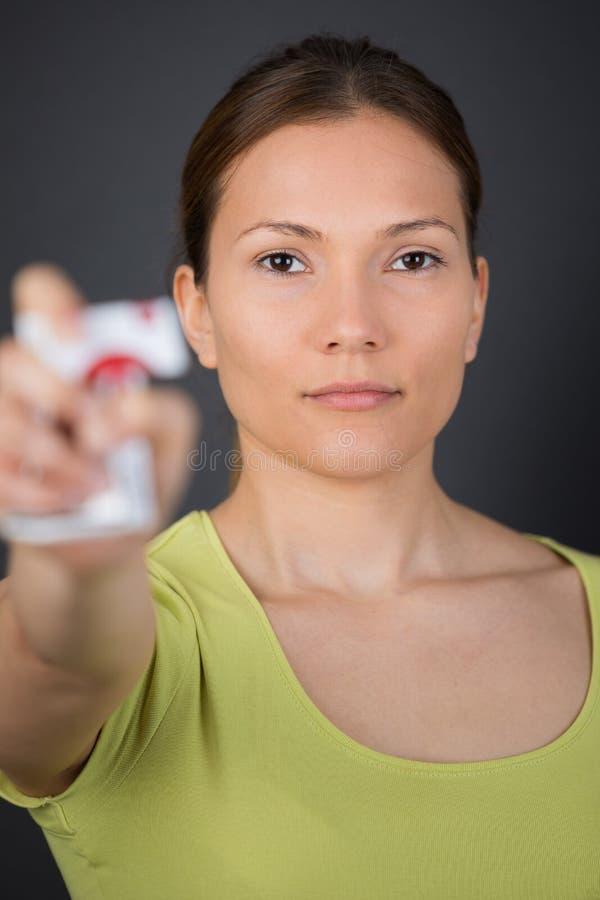 Frau, die Paketzigaretten zerquetscht lizenzfreies stockfoto