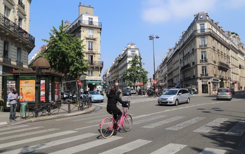 Frau, die in Paris, Frankreich radfährt lizenzfreie stockfotos