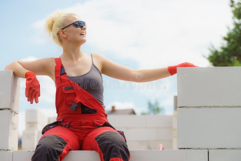 Frau, die Pause auf Baustelle macht stockbilder