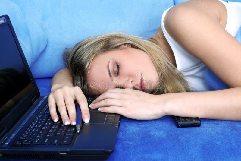 Frau, die am PC schläft stockbild