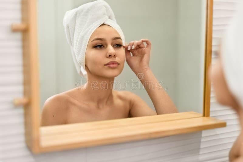 Frau, die Peitschen nach Dusche korrigiert lizenzfreies stockbild