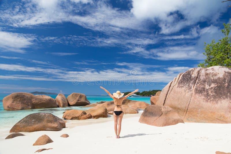 Frau, die perfekten Strand Bildes Anse Lazio auf Praslin-Insel, Seychellen genießt lizenzfreies stockfoto