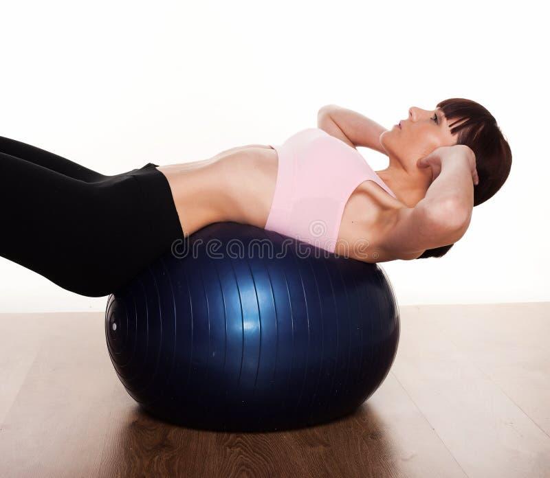 Frau, die Pilates Übungen tut lizenzfreies stockbild