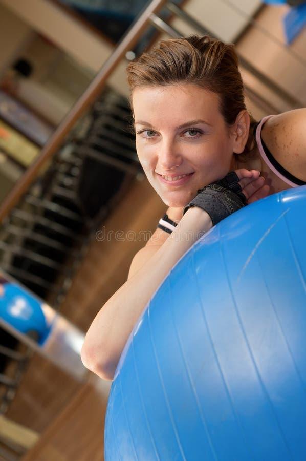 Frau, die Pilates auf Kugel tut stockbild