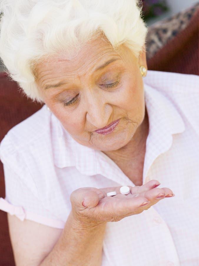 Frau, die Pillen nimmt stockfotos