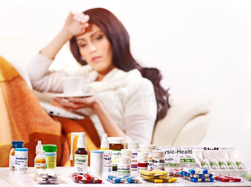 Frau, die Pillen und Tabletten hat. stockbild