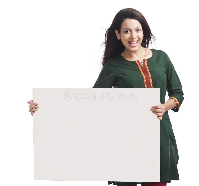 Frau, die Plakat hält lizenzfreies stockfoto