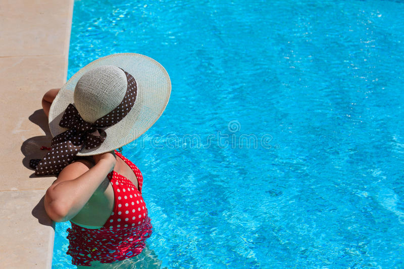 Frau, Die Am Pool Sich Entspannt Lizenzfreie Stockfotos