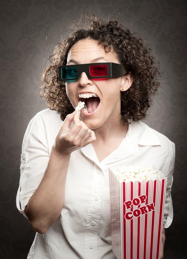 Download Frau, die Popcorn isst stockfoto. Bild von frau, schönheit - 27728594