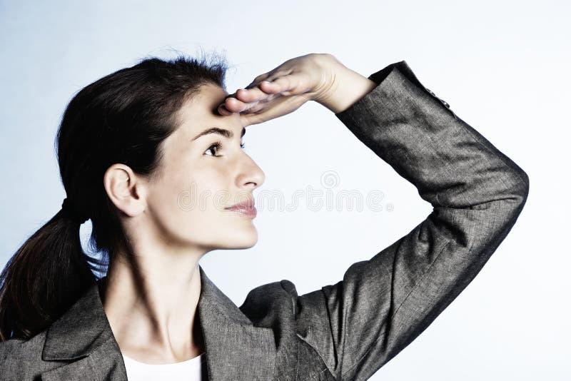 Frau, die positive Geschäftsperspektive gestikuliert. stockbilder
