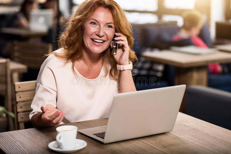 Frau, die pro intelligentes Telefon spricht lizenzfreie stockbilder