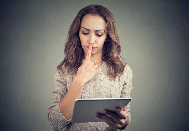 Frau, die Probleme mit Tablette hat lizenzfreie stockfotos