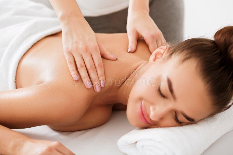Frau, die Rückseiten- und Halsmassage im Gesundheitsbadekurort genießt lizenzfreie stockfotos