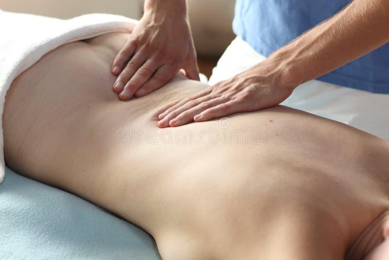 Frau, die rückseitige Massage empfängt lizenzfreie stockfotografie