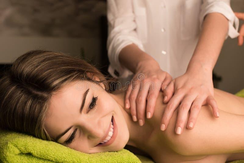 Frau, die rückseitige Massage hat lizenzfreies stockbild