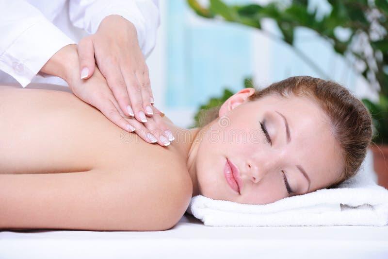 Frau, die rückseitige Massage und Entspannung erhält lizenzfreie stockfotos
