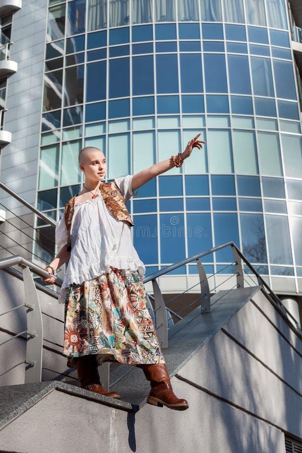 Frau, die am Rand des Dachs steht stockbild