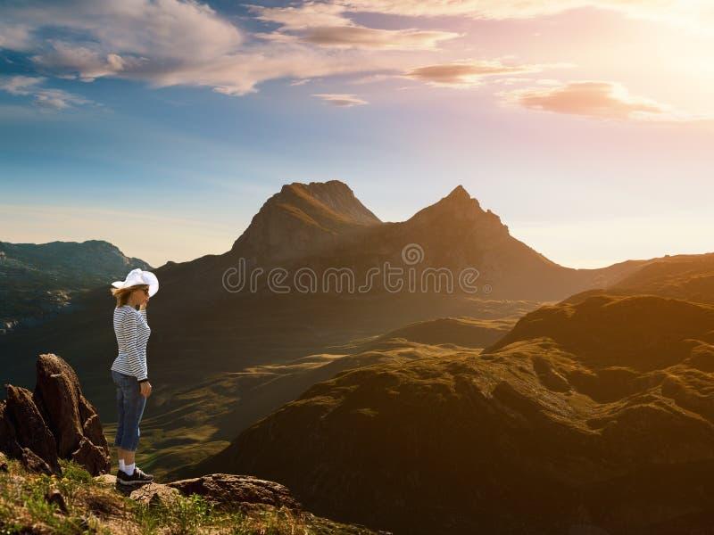 Frau, die am Rand einer Klippe steht stockbilder