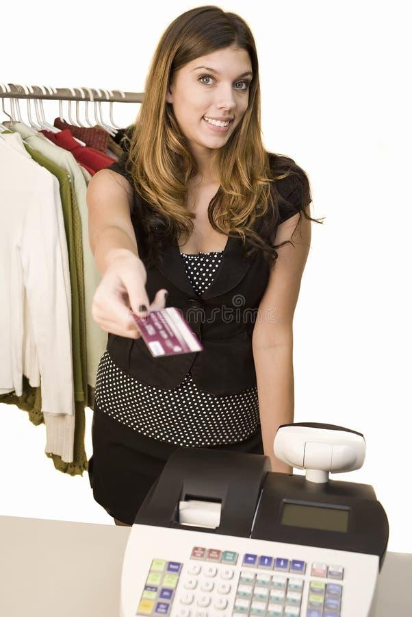 Frau, die am Register zahlt stockfotografie