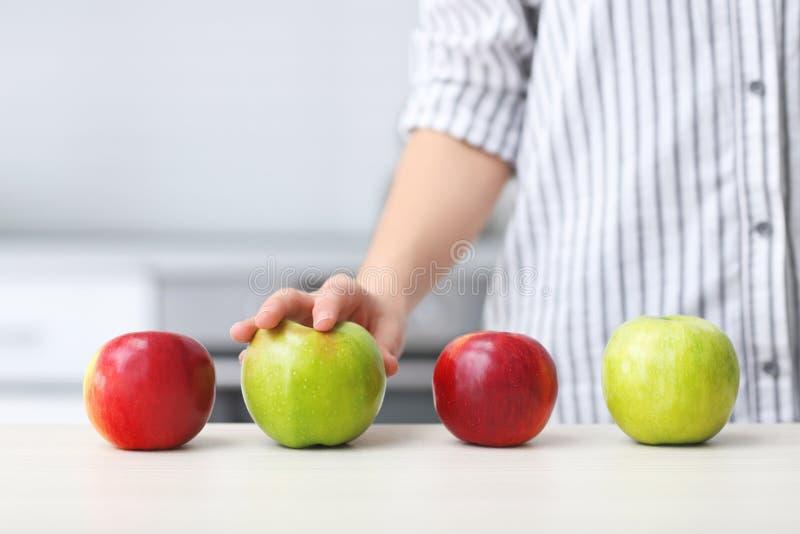 Frau, die reifen Apfel wählt lizenzfreie stockbilder