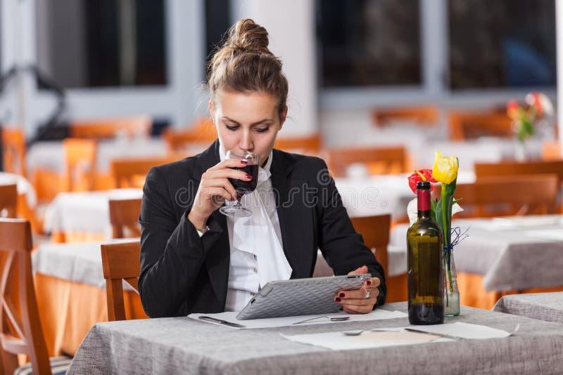 Frau, die am Restaurant wartet stockbilder