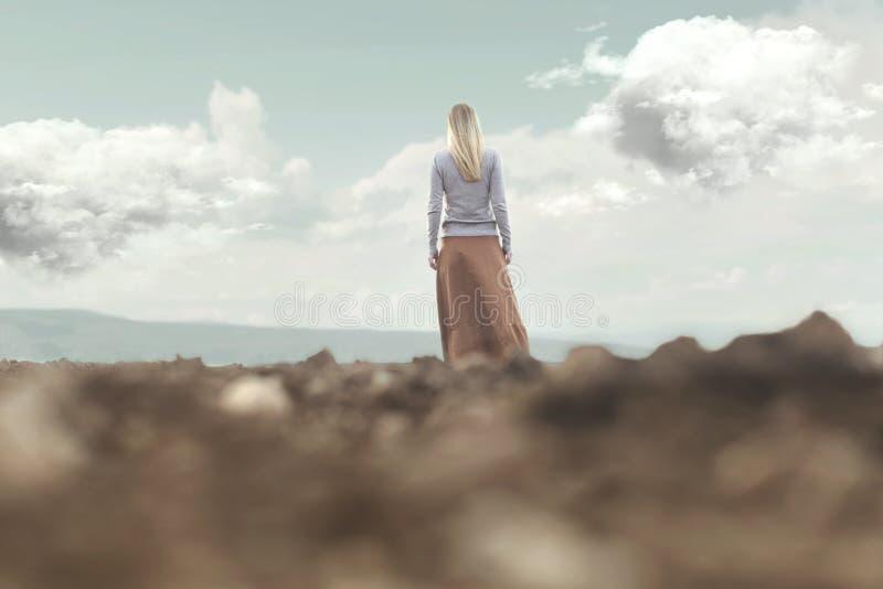 Frau, die in Richtung zur Unendlichkeit in einem magischen und surrealen Platz geht lizenzfreies stockbild
