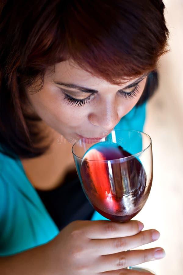 Frau, die Rotwein trinkt lizenzfreie stockfotografie