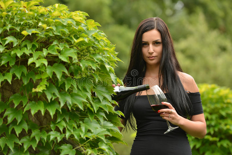Frau, die Rotwein trinkt stockbild
