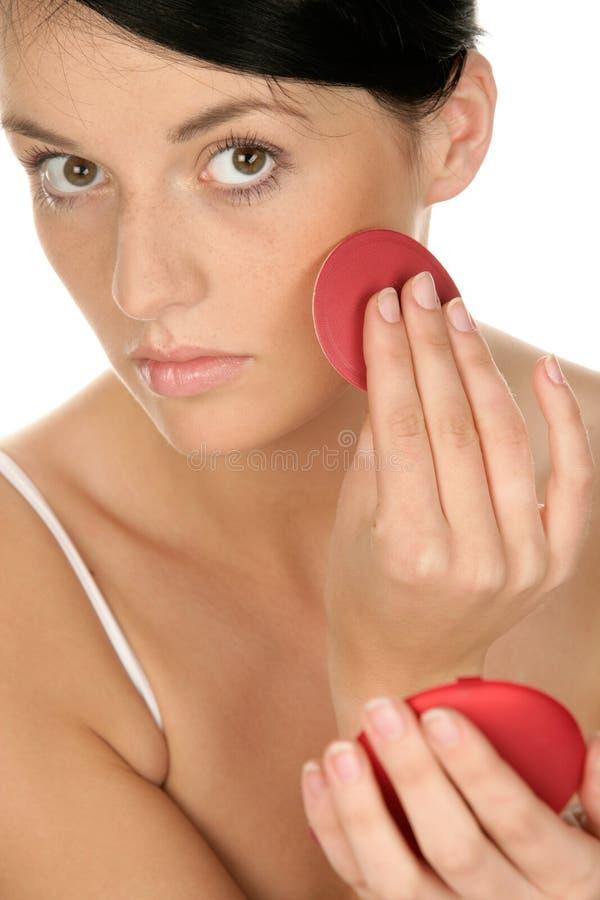 Frau, die Rouge anwendet lizenzfreie stockbilder