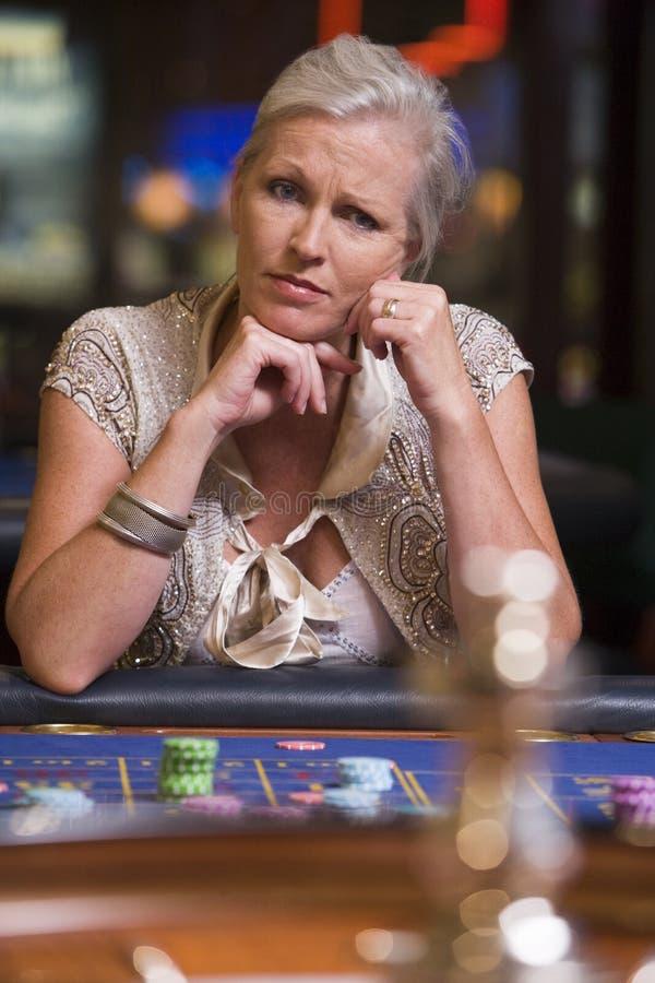 Frau, die am Roulettetisch verliert stockbild