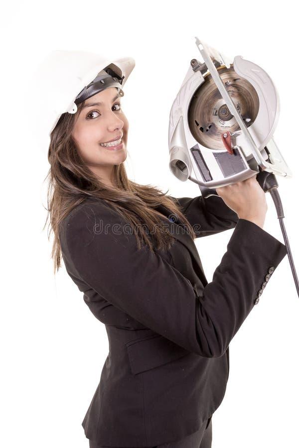 Frau, die Rundschreibensäge hält lizenzfreies stockfoto