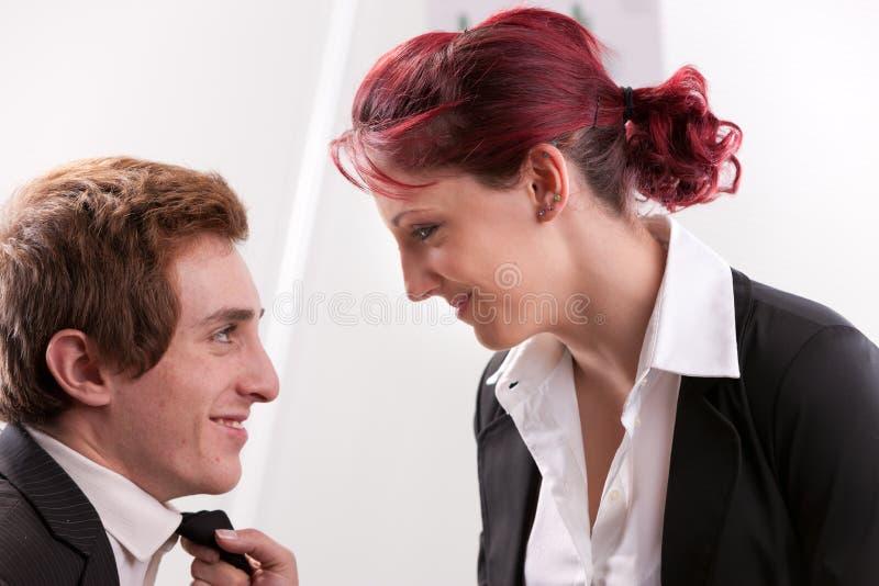 Frau, die süß entlang seines Mannes anstarrt lizenzfreie stockfotos