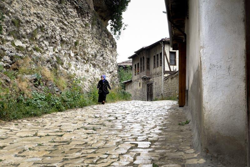 Frau, die in Safranbolu geht lizenzfreie stockfotos