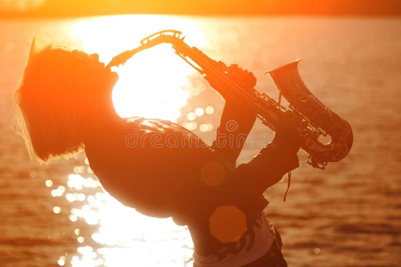 Frau, die Saxophon spielt stockfoto