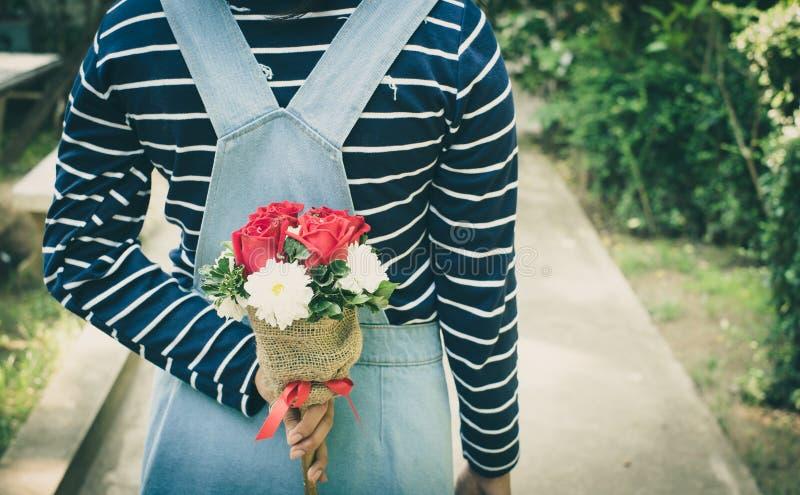 Frau, die schöne Blume hält stockfotos