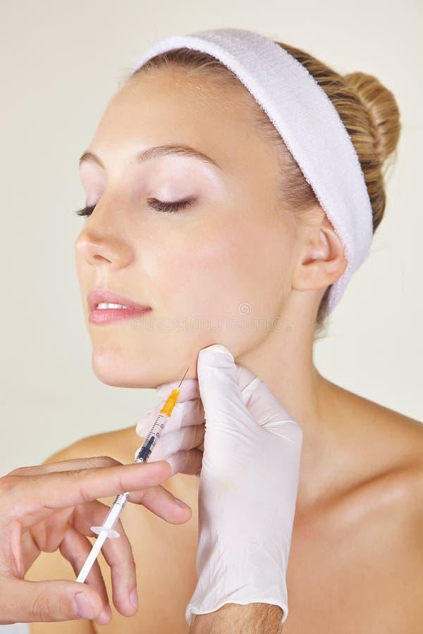 Frau, die Schönheitschirurgie erhält lizenzfreies stockfoto