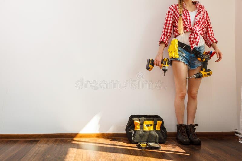 Frau, die schützende Arbeitskleidung trägt lizenzfreies stockbild