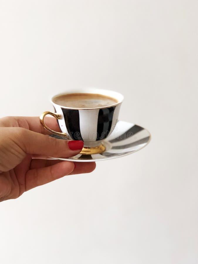 Frau, die Schale traditionellen türkischen Kaffee hält lizenzfreies stockfoto