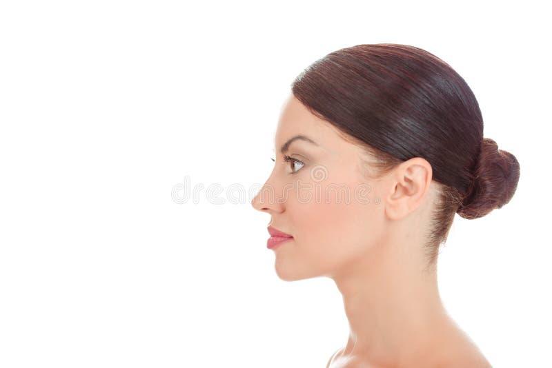 Frau, die schaut, um in der Profilansicht mit Seiten zu versehen zeigt sauberer Haut frisches Gesicht lizenzfreies stockbild