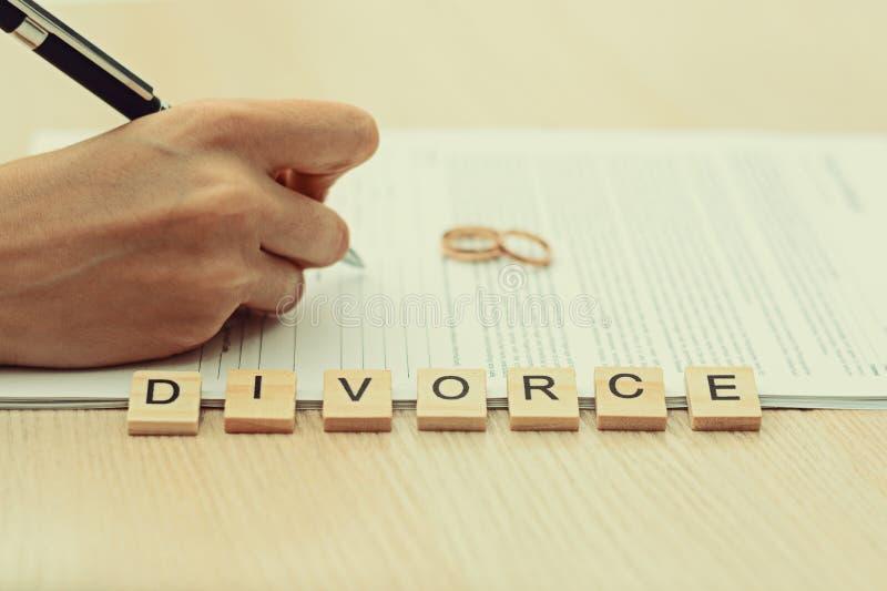 Frau, die Scheidung und unterzeichnende Papiere durchläuft stockfotografie