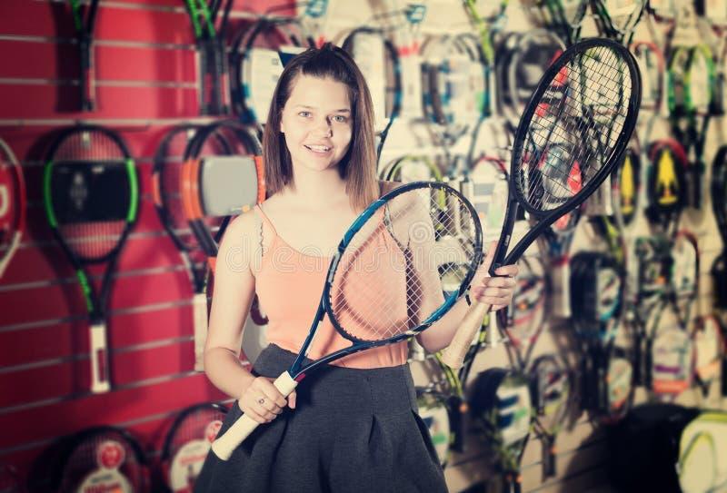 Frau, die Schläger für Badminton hält stockfotos