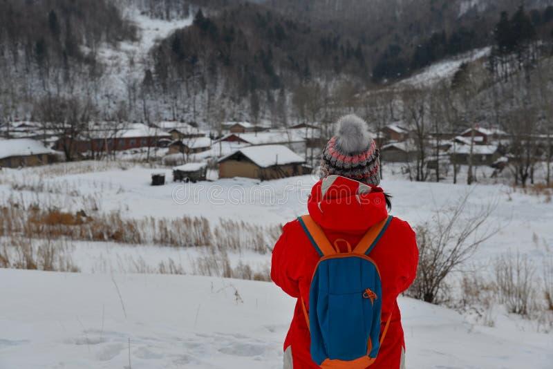Frau, die am Schneedorf in China geht stockbild