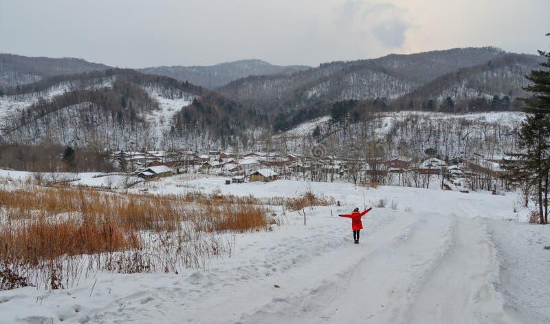 Frau, die am Schneedorf in China geht stockfotos