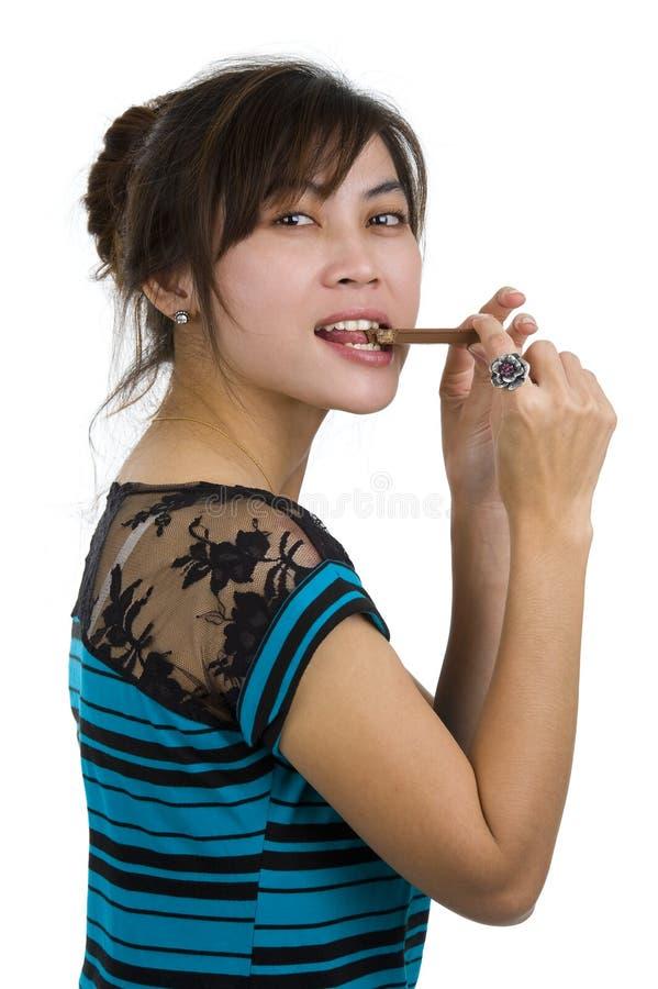 Frau, die Schokolade isst lizenzfreie stockbilder
