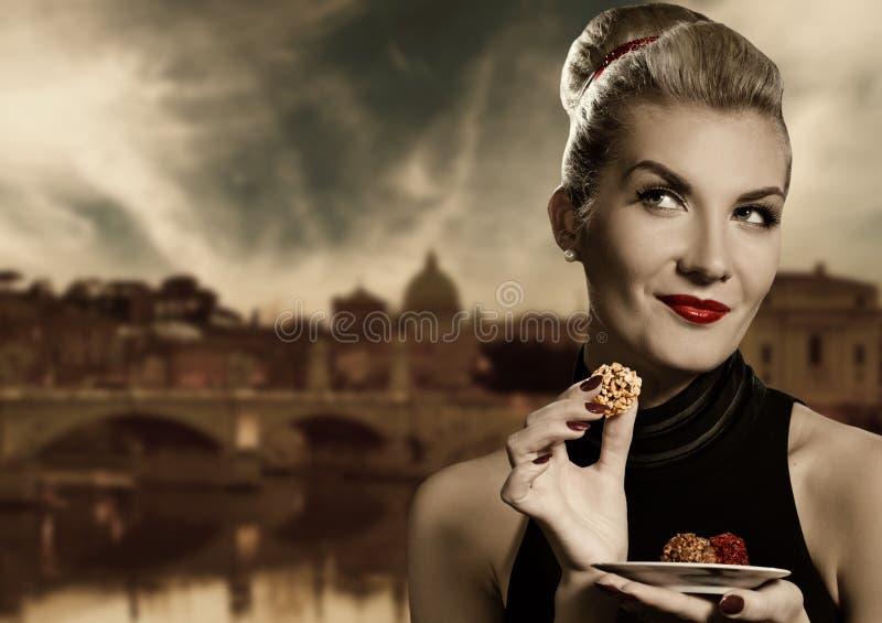Frau, die Schokolade isst lizenzfreie stockfotografie