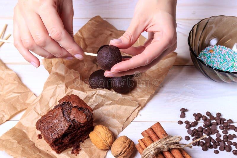 Frau, die Schokolade popcakes macht Kuchen knallt die Herstellung Knall-Kuchen stockfoto