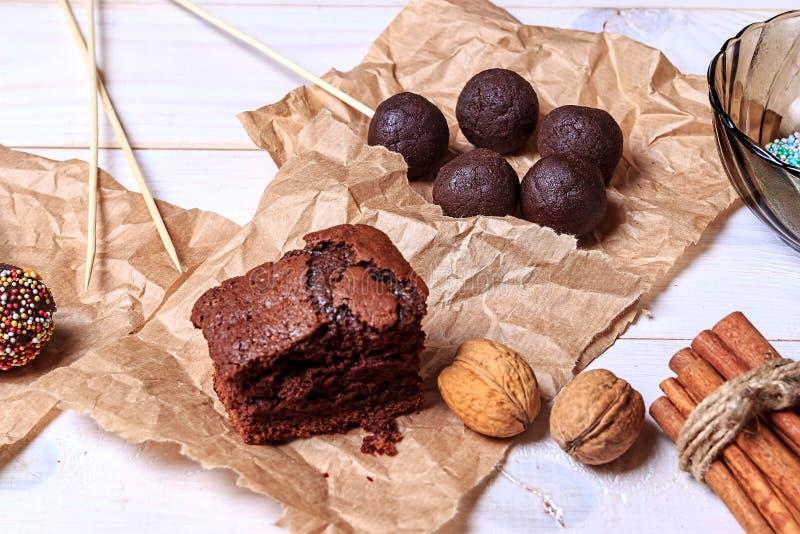 Frau, die Schokolade popcakes macht Kuchen knallt die Herstellung Knall-Kuchen stockfotografie