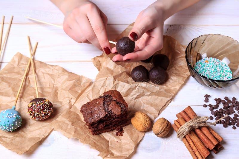 Frau, die Schokolade popcakes macht Kuchen knallt die Herstellung Knall-Kuchen lizenzfreie stockbilder