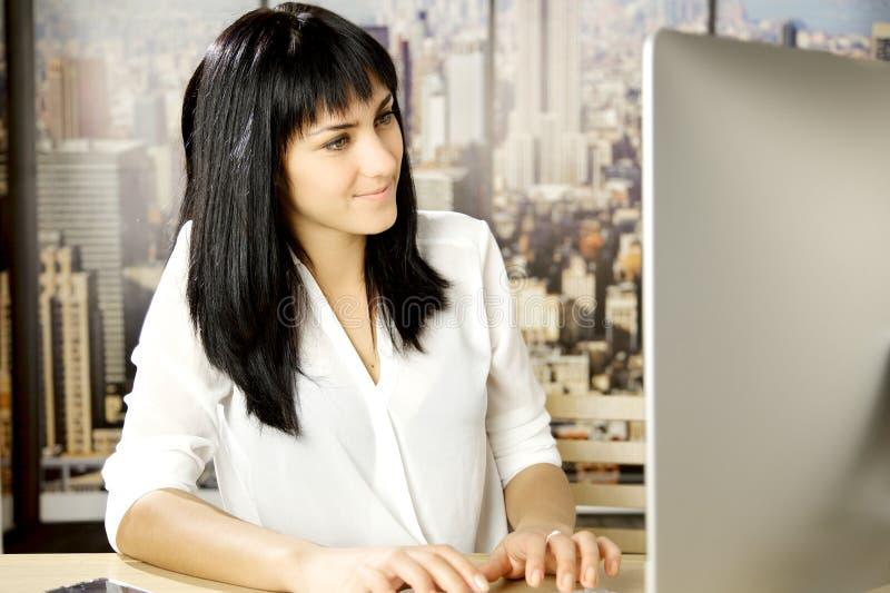 Download Frau, Die Am Schreibtisch Mit Computer Beim Bürolächeln Arbeitet Stockbild - Bild von leute, schön: 47100781