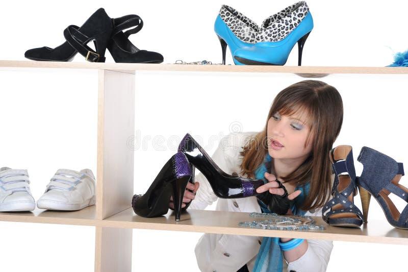 Frau, die Schuhe an einem Speicher wählt stockbild